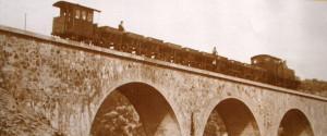 El Ferrocarril del Guadiana. Tren sobre el puente de El Lobo, hacia 1934.  Foto www.puebladeguzman.es
